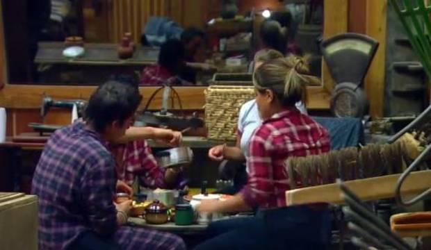 Peões no celeiro improvisam mesa para jantar. Veja como foi