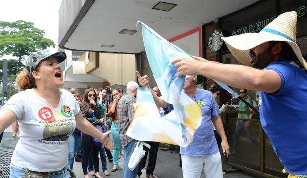 Militantes do PT e do PSDB discutem na avenida Paulista