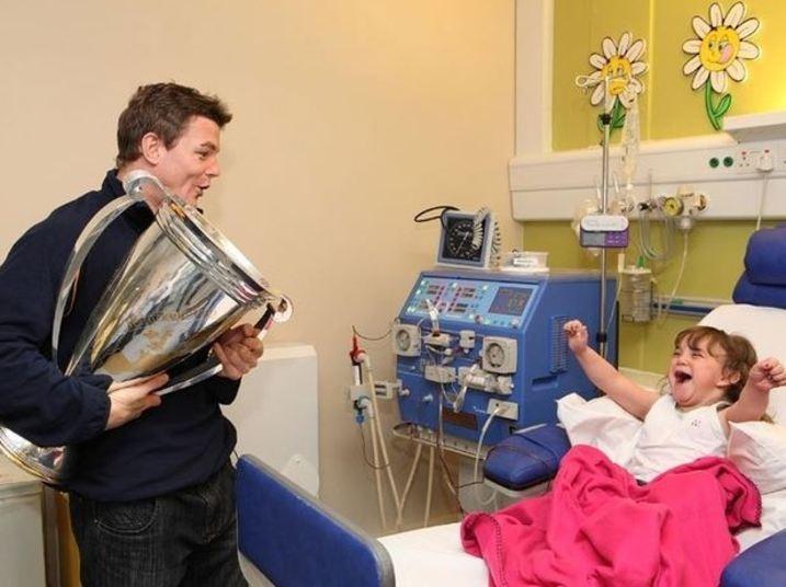 O jogador de rugby, Brian O'Driscoll, tornou-se um herói ao dividir sua vitória na Copa Heineken com seus maiores incentivadores e fãs.As crianças do hospital receberam o irlandês com muita festa e alegria, em um dia que ficará gravado para sempre na mente delas