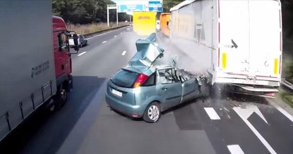 Imprudência: carro cruza via, bate em caminhão e outra carreta ...