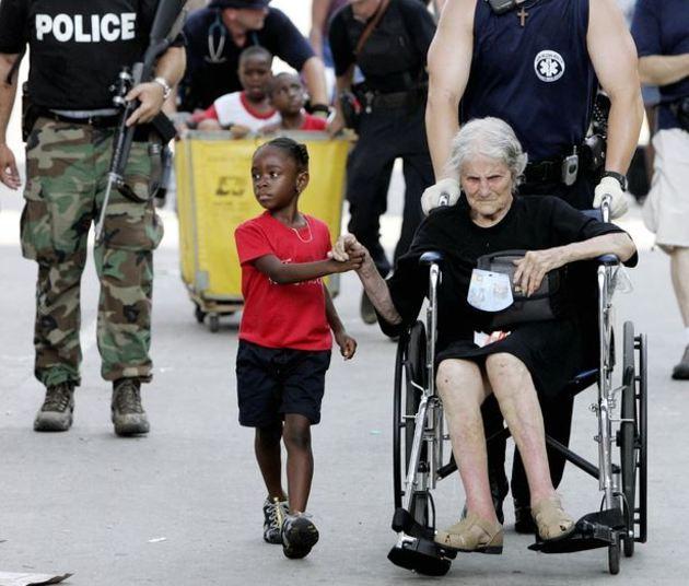 A pequena Tanisha Blevin, de apenas cinco anos, foi a heroína de Nita LaGarde, de 105 anos. As duas foram vítimas do furacão Katrina, que atingiu os Estados Unidos em agosto de 2005.No momento da foto, as duas eram transferidas de um abrigo em Nova Orleans, e Tanisha garantia para Nita que não havia motivo para ter medo
