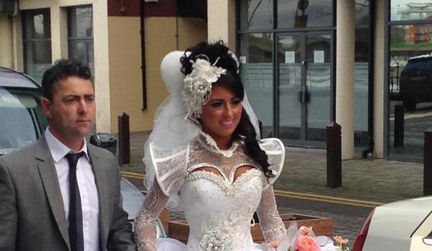 Estilista de moda é especialista em desenhar vestidos de noiva horrorosos