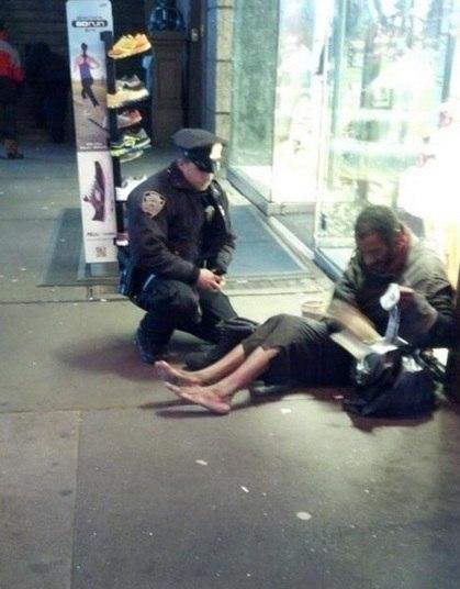 Um usuário de redes sociais chamou a atenção do mundo ao compartilhar a imagem de um policial norte-americano entregando os sapatos que comprou para um morador de rua.O homem, enfrentava o frio de Nova York descalço, e foi surpreendido pelo belo ato do policial