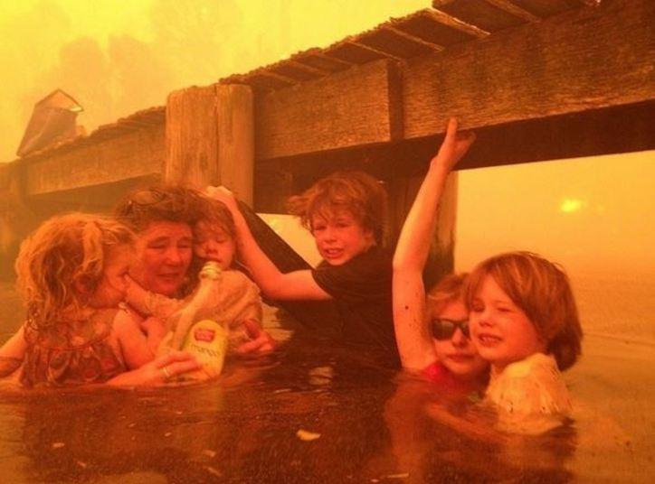 Uma avó da Austrália mostrou bravura e coragem para proteger seus cinco netos.Quando um terrível incêndio atingiu o vilarejo de Dunalley, na costa oeste da Tasmânia, ela não teve dúvidas e disse para as crianças que poderiam entrar na água. Mesmo com as chamas, ela cuidou para que eles não percebessem a gravidade do problema e salvou a vida de todos