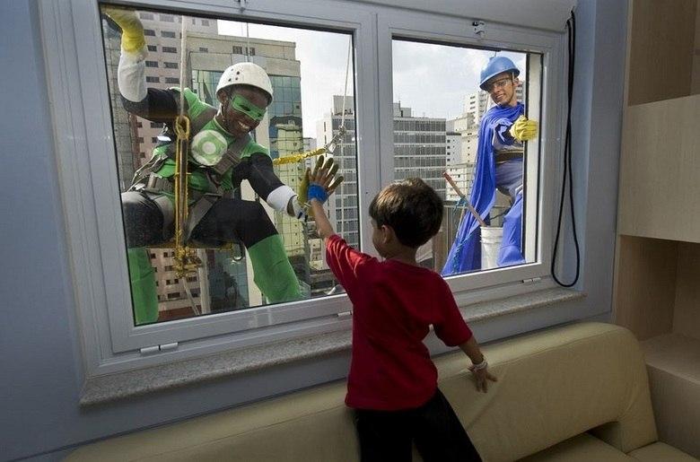 Um pequeno gesto pode alegrar o dia de uma criança que fica presa dentro de um hospital, em tratamentos sérios. Equipes de limpeza e voluntários se vestem de super herói para motivarem ainda mais os pequenos pacientes