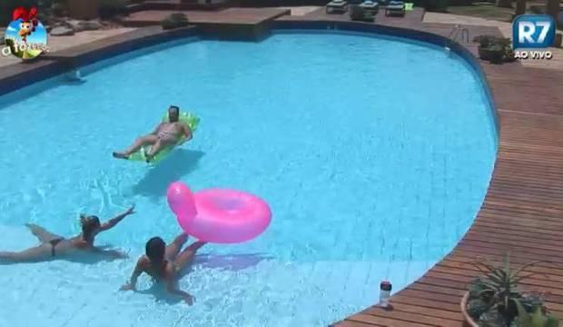 Que calor! Peões tomam sol e ficam bem à vontade na piscina da sede