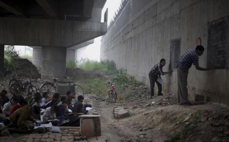 Na Índia, professores voluntários decidiram ajudar crianças pobres a terem a chance de conquistar um futuro melhor, por meio da educação.Sentadas no chão, embaixo de uma ponte, as crianças ficam quietas e atentas aos 'mestres', que são verdadeiros heróis para elas