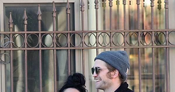 É muito amor! Robert Pattinson desfila sorridente ao lado da nova ...