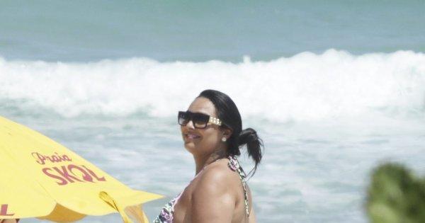 Dobras e celulites marcam ida de Mulher Melancia à praia. Confira ...