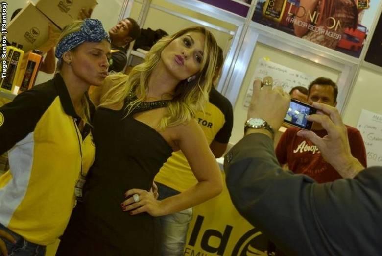 A dupla distribuiu beijos e muitos autógrafos para os fãs