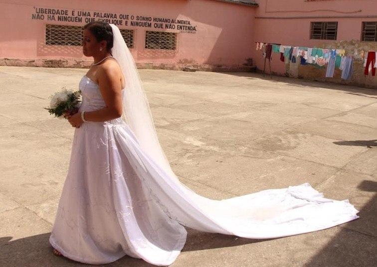 Uma detenta da Grande Belo Horizonte conseguiu realizar o sonho de se casar mesmo estando presa. A cerimônia foi realizada no Centro de Referência à Gestante Privada de Liberdade, em Vespasiano. Essa foi a terceira vez que um casamento aconteceu em um presídio mineiro
