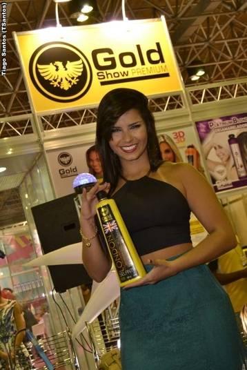 Gabi D`avila e Bianca Leão juntas em feira de cabelo