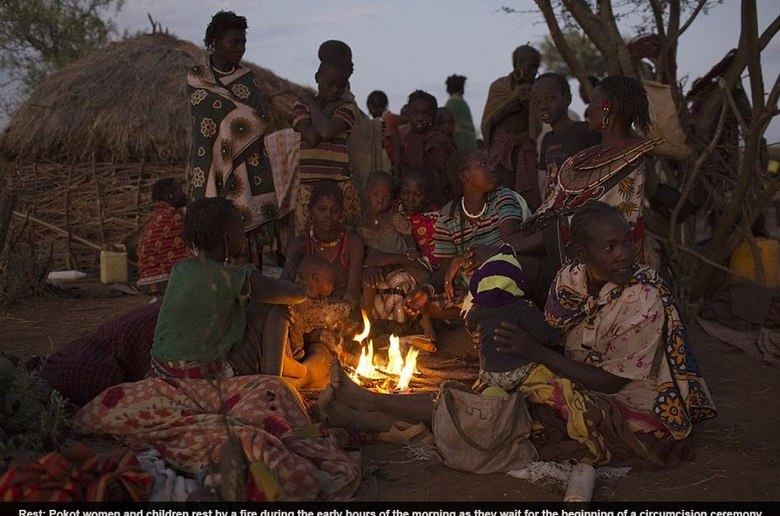 Ao fim do dia e da cerimônia, as mulheres da tribo Pokot finalmente podem descansar, enquanto se aquecem com uma fogueira.No dia seguinte, outras jovens moças serão mutiladas pelas mulheres mais velhas