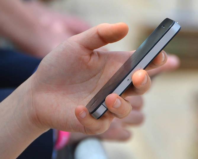 A política de dados engloba todo o sistema de coleta, venda e compartilhamento dos seus dados pelo próprio Facebook, empresas do Facebook e terceiros. Na área dedicada a isso, a rede social explica que coleta as informações dadas pelo próprio usuário, pelos contatos desse usuário, além de dados sobre rede e conexão, localização (pelo GPS) e configuração dos dispositivos móveis – como sistema operacional, versão do hardware, entre outros. Ou seja: o Facebook coleta informações não só sobre o usuário, mas também dos dispositivos que ele utiliza para acessar o site