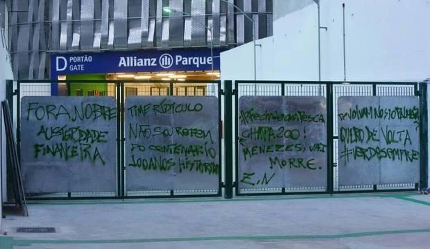 Torcida se revolta com derrota e picha novo estádio logo após inauguração