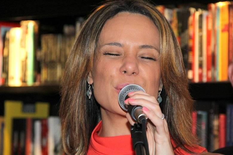 Maitê Proença lança livro e recebe o carinho do ex-namorado Sérgio ...