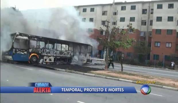 Manifestantes incendeiam caminhões e bloqueiam Rodoanel. Homem morre