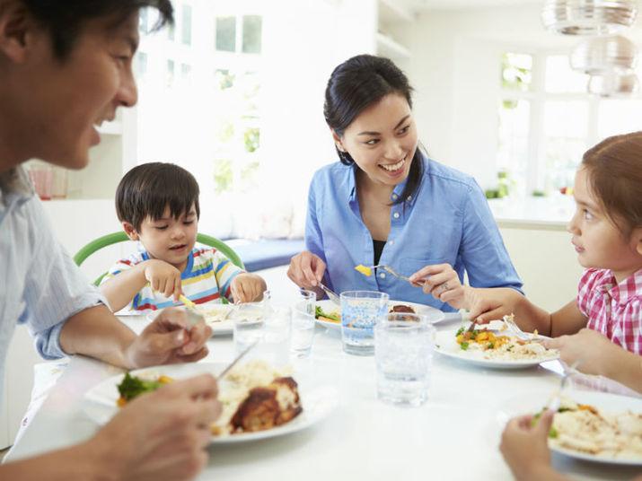 Tentem fazer atividades juntos para aumentar a integração de todos os membros da família. Em um mundo no qual cada vez temos menos tempo, a união pode acontecer até mesmo durante o jantar, onde todos poderão aproveitar a pausa para conversar. Outra sugestão é que vocês brinquem juntos, uma maneira descontraída de esquecer um pouco a rotina, estreitar os laços e visitar a própria infância