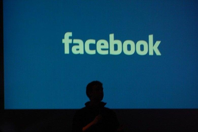 """Além disso, a empresa afirma que os dados compartilhados com empresas do Facebook ou terceiros não são suficientes para poder identificar o usuário. Eles não """"vendem"""" dados extremamente pessoais, como endereço ou documentos, apenas informações como idade, sexo, gosto musical, locais que frequenta, entre outros"""