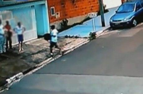 Vídeo mostra momento que PM reage a assalto e deixa filha de três meses cair do colo