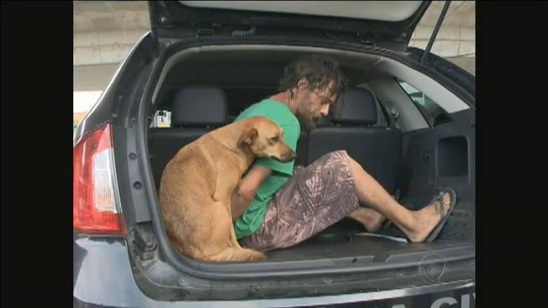 ... e pulou para dentro do veículo para acompanhar o homem mesmo no momento de sua prisão