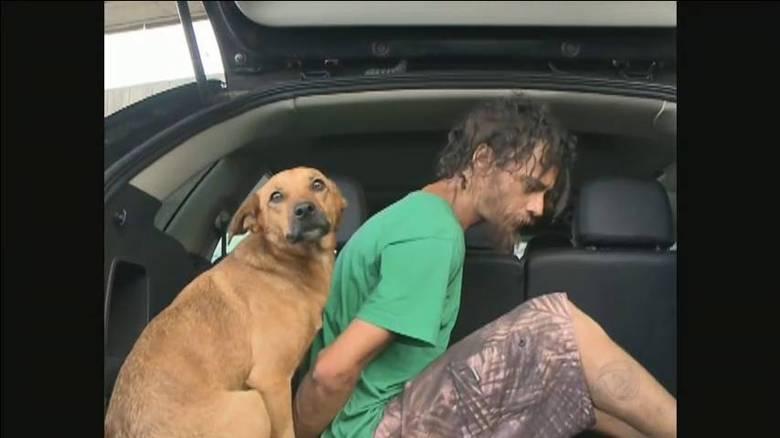 Um verdadeiro amor.Em Florianópolis, a polícia realizou uma ação para deter acusados de delitos. Durante a prisão de um morador de rua, suspeito de roubo, um animal chamou a atenção. Um cachorro acompanhou toda a prisão do homem, até o seu encaminhamento para a viatura da polícia