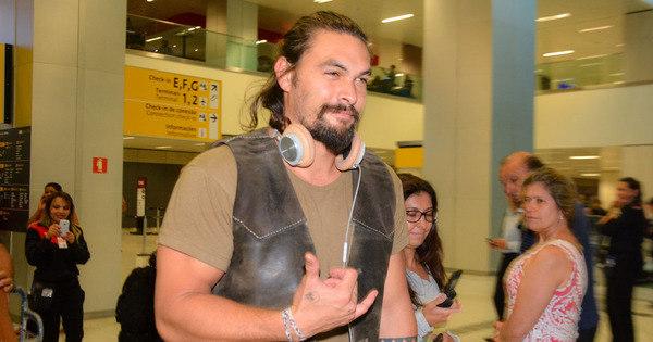 Jason Momoa desembarca em São Paulo e chama a atenção da ...