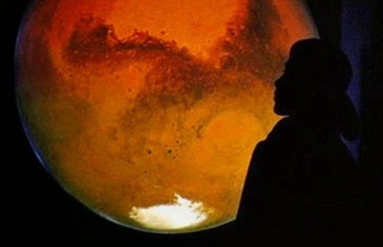 """A presença de seres humanos em outro planeta pode não estar tão longe quanto os mais céticos imaginam. A missão Mars One anunciou nesta segunda-feira (16) cem candidatos que passaram pela terceira fase do projeto que pretende levar os primeiros seres humanos para Marte. E para justificar o ditado """"brasileiro é igual formiga, tem em todo lugar"""", uma professora universitária de Porto Velho está entre as selecionadasDescoberta de galáxia que """"sorri"""" é destaque da semana de astronomia"""