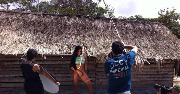 Pocahontas? Lorena Bueri posa pelada em aldeia indígena ...