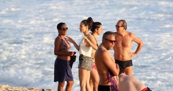 Nanda Costa e Lan Lan curtem as areias do Arpoador no Rio de ...