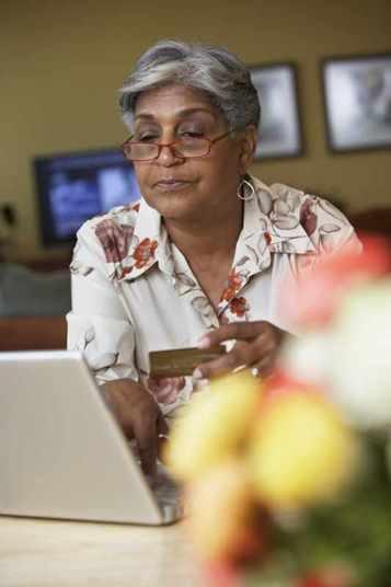 Segundo Claudia Almeida, sites e aplicativos que fazem reservas de hospedagem e transporte são os responsáveis por cumprir o que foi anunciado. Por isso, os clientes devem fotografar a página de oferta e as condições para ter mais segurança em caso de reclamação