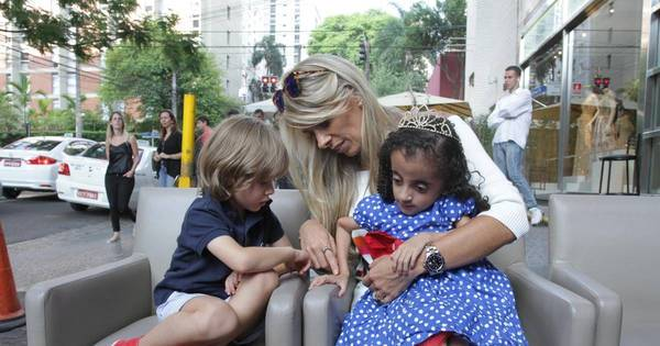 Adriane Galisteu e o filho, Vittorio, participam do Natal Solidário ...