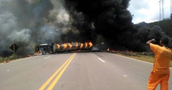 Carreta pega fogo, mata motorista e interdita BR-040 em Congonhas