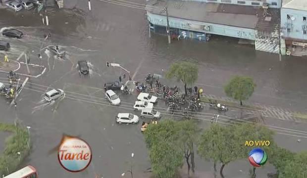 Chuva causa enchentes e deixa capital em atenção. Há previsão de queda de granizo