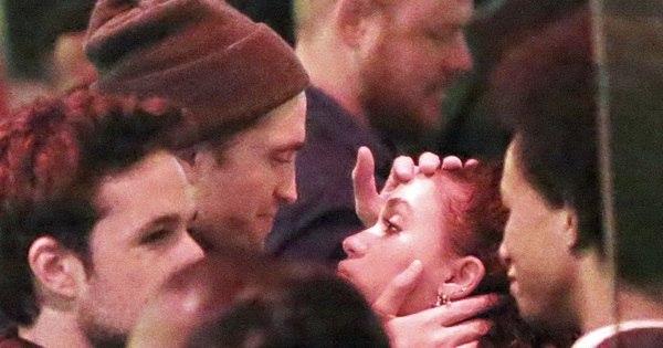 Robert Pattinson não desgruda de namorada em espetáculo - Fotos ...