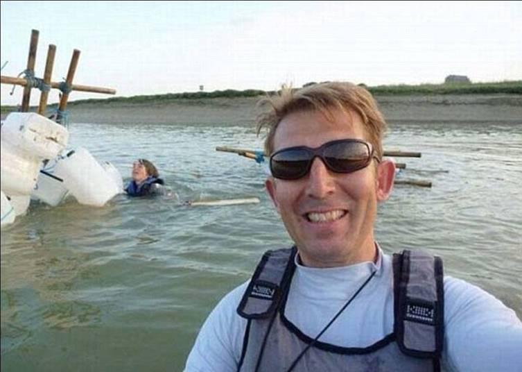 Pra que se preocupar com o menino se afogando lá atrás se eu posso fazer uma boa foto?