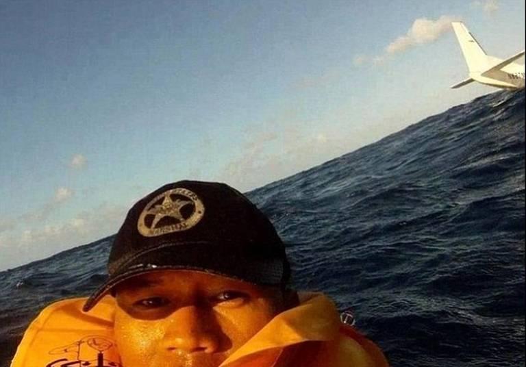 Olhem isso! Esse cara postou a foto 'comemorando' por ter sobrevivido a esse acidente de avião no Havaí