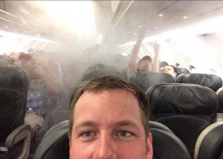 Tá tudo bem mesmo, fica na boa e posta uma foto! Deve ter sido isso que o cara pensou enquanto o avião se enchia de fumaça! É, algumas pessoas realmente não têm noção!