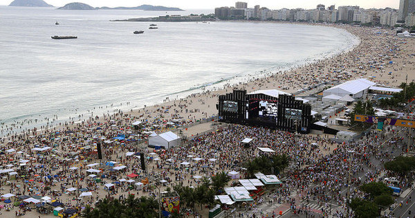 Chuva não desanima quem está em Copacabana para celebrar o ...