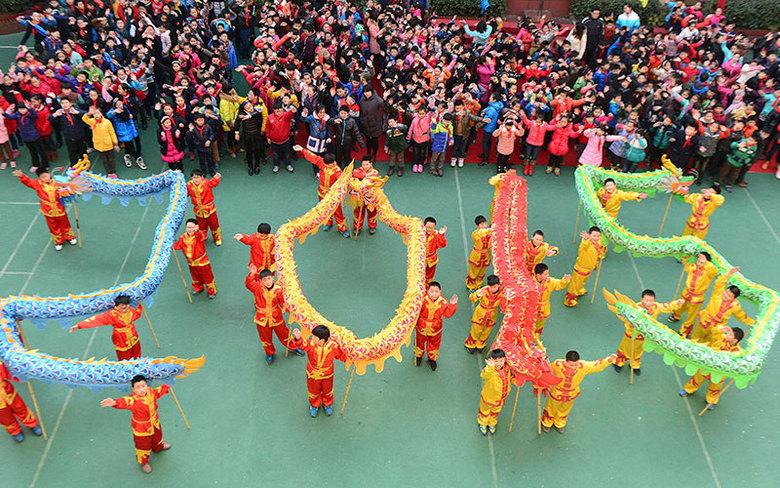 Estudantes dançam para receber 2015 em uma escola de Hefei, na província de Anhui, na China nesta quarta-feira