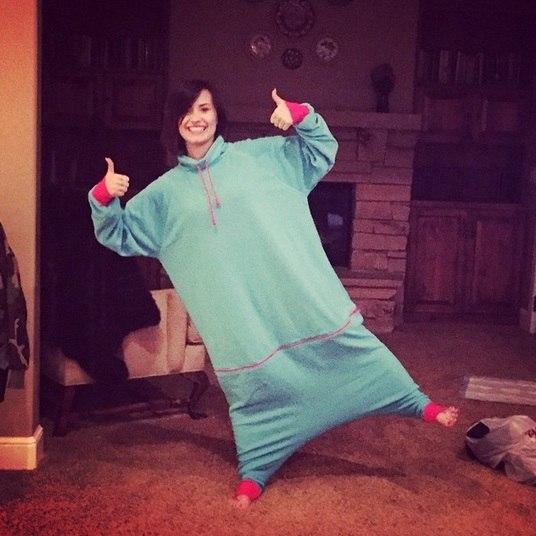 A cantora Demi Lovato prefetiu passar a virada do ano trabalhada no conforto! Sem salto e vestido, ela elegeu o pijama como traje de Réveillon