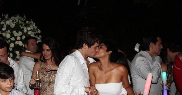 Lembra dele? Felipe Dylon festeja 2015 beijando Aparecida Petrowky