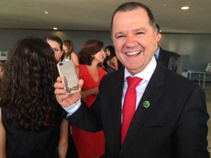 Um dos ministros mais aplaudidos na hora da posse foi Carlos Gabas, da Previdência Social. Muito próximo à presidente Dilma, foi ele quem a levou para um passeio de moto pela Esplanada, em agosto de 2013. Na foto, ele exibe a capa do celular, com símbolo da Harley Davidson. Ele comentou que olhar Brasília da garupa da moto é bem diferente