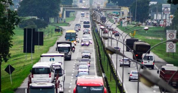 Estradas seguem com trânsito lento na saída para o feriado ...