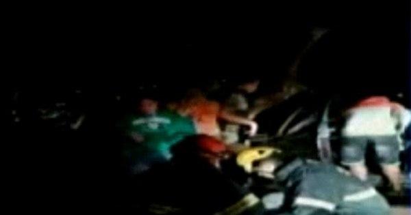 Veículo capota e bate em árvore deixando casal ferido em Ibirité (MG) - R7