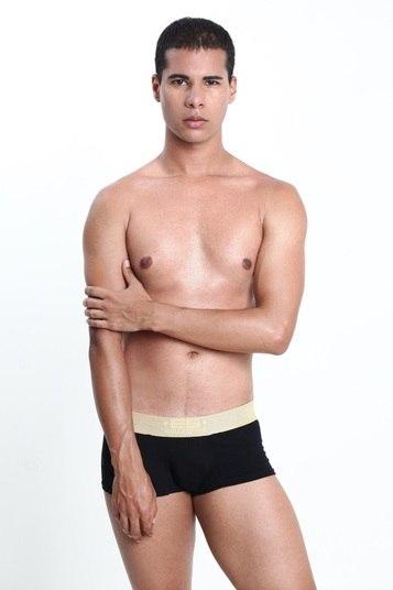 Thiago Dias é candidato pelo Paranoá. Ele é modelo e ator e tem 1,78m de altura