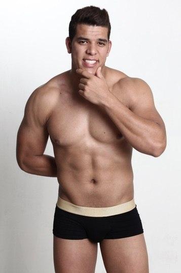 Felipe Oliveira tem 22 anos, 1,78m de altura, é estudante e representa de Sobradinho