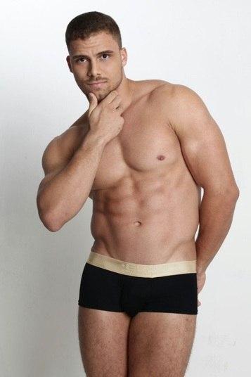 Danilo Silveira, de 23 anos, é o representante do Cruzeiro. Ele tem 1,85m e é vendedor