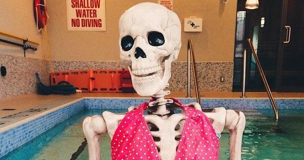 Esqueleto faz sucesso com página de fotos nas redes sociais ...