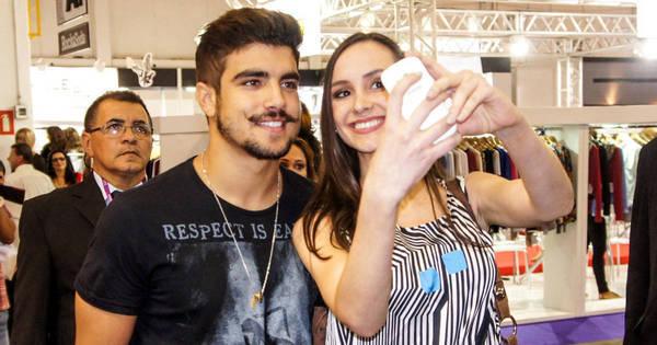 Ai que loucura! Caio Castro é assediado em evento de moda - Fotos ...